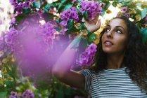 Fille sensuelle dans la floraison des arbres — Photo de stock