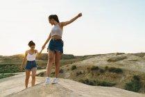 Счастливые женщины ходить на холме — стоковое фото