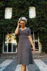 Femme posant sur rue — Photo de stock