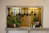 Nicchia in cucina con vari arredi — Foto stock