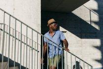 Elegante preto homem posando no rua — Fotografia de Stock