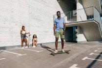 Sportliche Menschen mit Skateboards auf Straße — Stockfoto