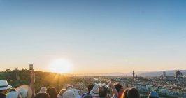 Turistas na paisagem urbana, tirando fotos, Florença — Fotografia de Stock