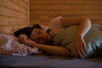 Femmes dormant sur le lit — Photo de stock