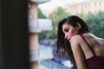 Chica espiando por la ventana - foto de stock
