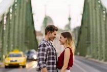 Junge liebende Paar umarmt, auf der Straße — Stockfoto