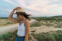 Woman posing with hat in nature — Stock Photo