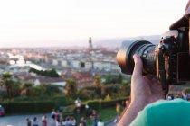 Hombre anónimo tomando fotos de la ciudad - foto de stock