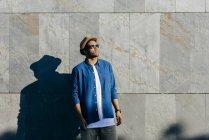 Uomo con cappello in posa a parete — Foto stock