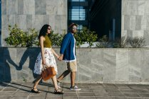 Couple walking in city — Stock Photo