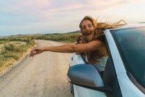 Donne che appende fuori macchina — Foto stock
