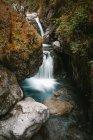 Gola con torrente d'acqua nelle rocce — Foto stock