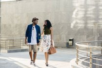 Paar, das in der Stadt spazieren geht — Stockfoto