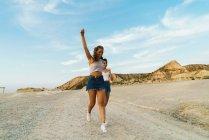 Donna felice che cammina sulla collina — Foto stock