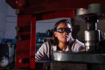 Vista frontale della pressa idraulica a comando meccanico femmina in garage — Foto stock