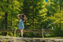 Девушка позирует возле деревянного забора — стоковое фото