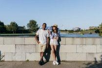 Пара позує перед фонтан — стокове фото