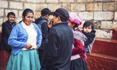 Ayacucho, Peru - 30 de dezembro, 2016:Group de falar com os hóspedes no casamento — Fotografia de Stock
