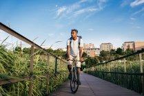 Человек на велосипеде по набережной — стоковое фото