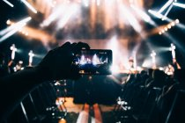 Schnitthand mit Smartphone fotografiert — Stockfoto