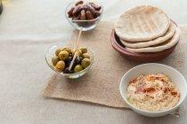 Hummus servita con pane pita — Foto stock