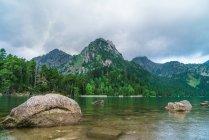 Камни на берегу горного озера — стоковое фото