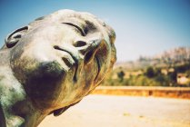 Close up shot of statue head over blurred square — Stock Photo