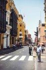 Lima, Peru - 26. Dezember 2016: Menschen gehen in der Nähe einer Kreuzung bei sonnigem Straßenbild — Stockfoto