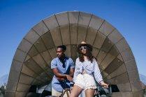 Couple accoudé à vélo — Photo de stock
