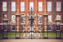 London, UK - October 13, 2016:Antique golden gates to Kensington palace in Hyde Park. — Stock Photo