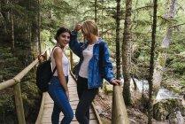 Femmes se tenant debout sur le pont — Photo de stock