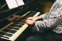 Обтинання чоловіки руки грає клавіші піаніно — стокове фото