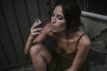 Porträt von Brünette Frau Zigarette rauchen und nachdenklich wegschauen — Stockfoto