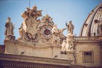 Вигляд знизу статуй на будівництво фасадом на Синє небо — стокове фото