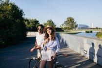 Couple accoudé à vélo au parc urbain — Photo de stock