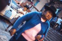 Ayacucho, Pérou - 30 décembre 2016: Gaie haute femme debout dans la rue et de regarder la caméra — Photo de stock