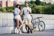 Verbinden Sie mit Getränken und Fahrrad — Stockfoto