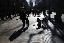 Gente che cammina sulla strada da persona anonima accattonaggio — Foto stock