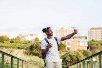 Homme avec vélo prenant selfie — Photo de stock