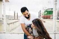 Смеющаяся пара, стоящая у причала — стоковое фото