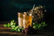 Savoureux arabe thé à la menthe sur la table en bois. — Photo de stock