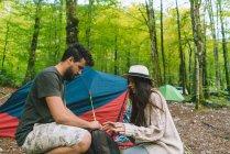 Paar im Waldcamp — Stockfoto