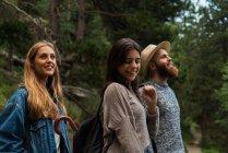 Glückliche Freunde im Wald — Stockfoto