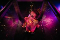 Frau mit Make-up im Rotlicht — Stockfoto