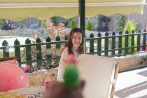 Ernte-Hand schießen Wasser mit Spielzeugpistole auf fröhliches Mädchen — Stockfoto