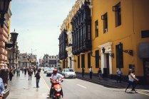 LIMA, PERU - 26 DICEMBRE 2016: Le persone sulla scena della strada nella giornata estiva — Foto stock
