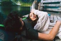 Couple couché sur piercing en bois — Photo de stock