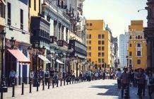 LIMA, PÉROU - 26 DÉCEMBRE 2016 : Scène de rue avec des gens marchant sur la chaussée en été — Photo de stock