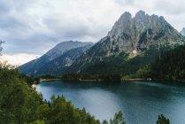 Гірське озеро і гірські хребти — стокове фото