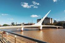 Внешний вид моста женщины пешеходной против небо лета — стоковое фото